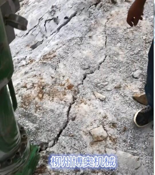 新疆矿山开采劈裂机产量比爆破高倍
