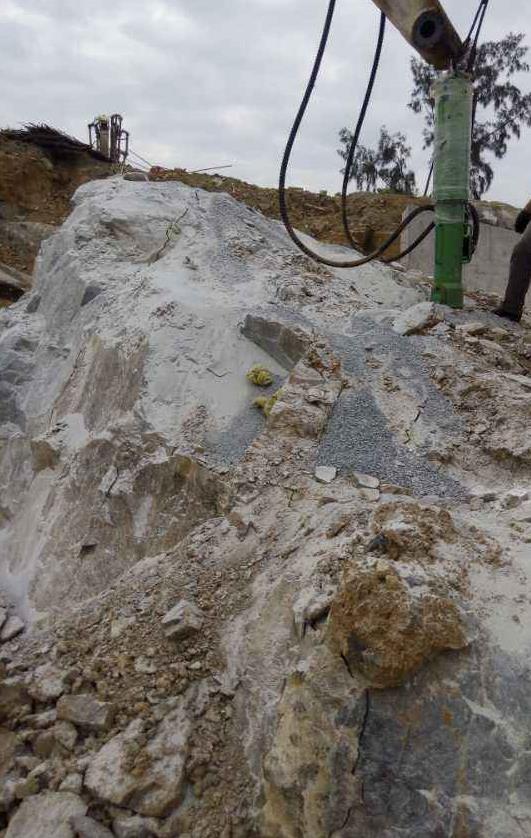 大型岩石劈裂机破碎花岗岩