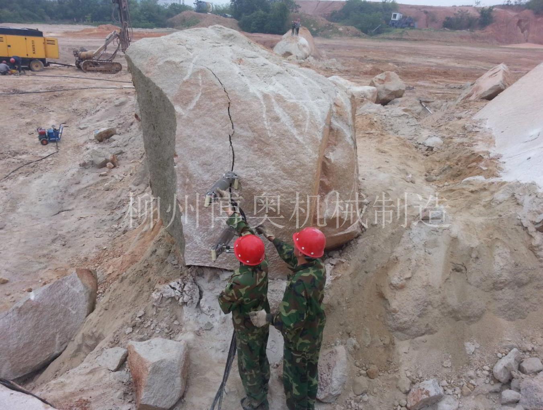 大块石头破小劈裂机